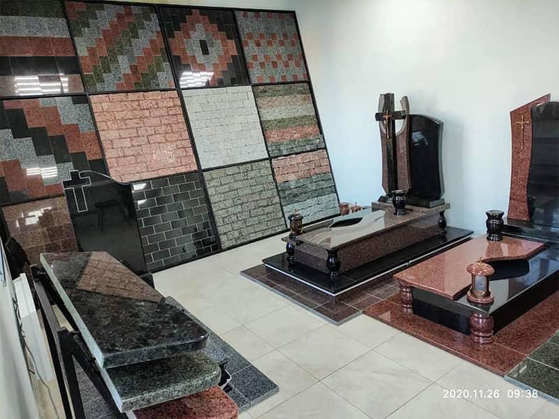 Виставка в магазині 2 гранітних памятники, різнівиди гранітної бруківки, гранітні підвіконня
