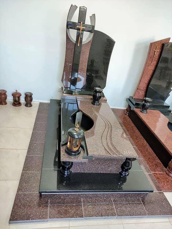 Виставка памятників та інших виробів з граніту в магазині у Львові