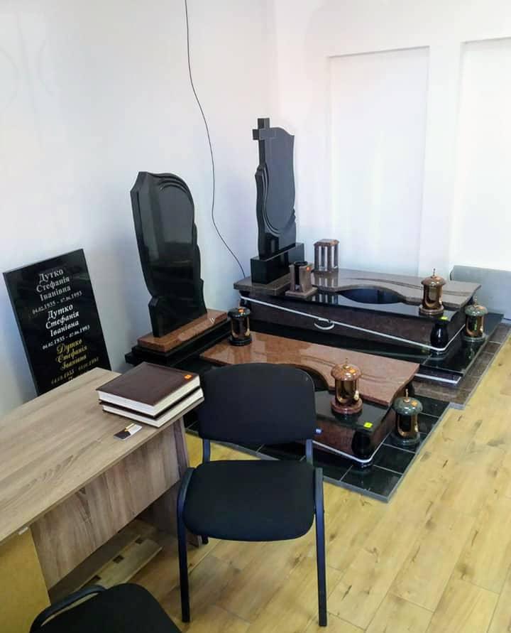 Магазин всередині. Стіл для обговорень і замовлень а також приклади гранітних памятників